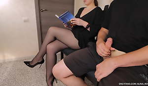 Stranger woman in the vacillate room gives tugjob in pantyhose
